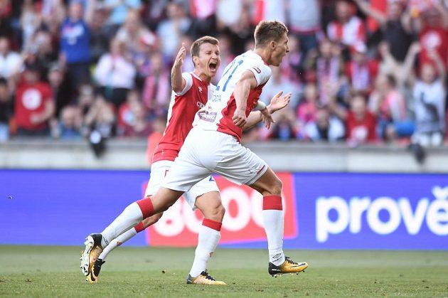 Milan Škoda se raduje poté, co poslal Slavii do vedení z penalty. Za ním Ruslan Rotaň.