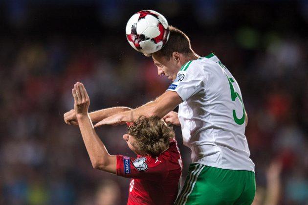 Ladislav Krejčí a Jonny Evans během utkání kvalifikace MS 2018 Česká republika - Severní Irsko.