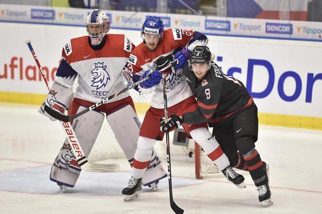 Zleva brankář Lukáš Pařík a Šimon Kubíček a Liam Foudy z Kanady.