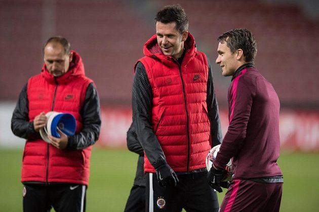 Trenér Sparty David Holoubek (uprostřed) a útočník David Lafata během tréninku před utkáním základní skupiny Evropské ligy s Beer Ševou.