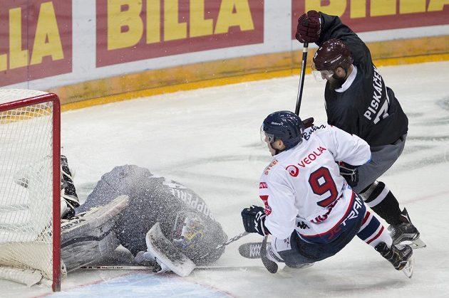 Brankář Sparty Tomáš Pöpperle ukrývá puk před dojíždějícím Janem Hudečkem z Vítkovic.