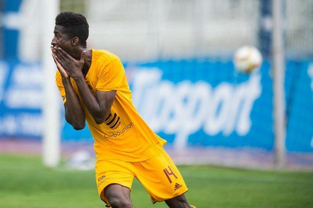Peter Olayinka z Dukly po vstřeleném gólu proti Bohemians.