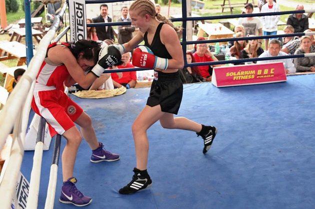 Boxerka Fabiána Bytyqi v ringu. Zrovna drtí.