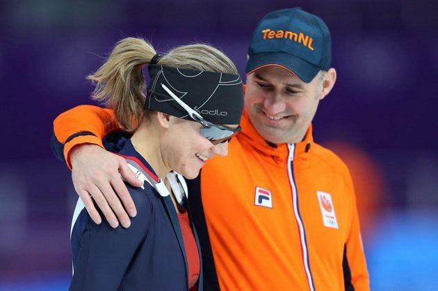 Karolína Erbanová na tréninku před zahájením zimních olympijských her v jihokorejském Pchjončchangu, společnost jí dělají kolegové z nizozemského týmu.