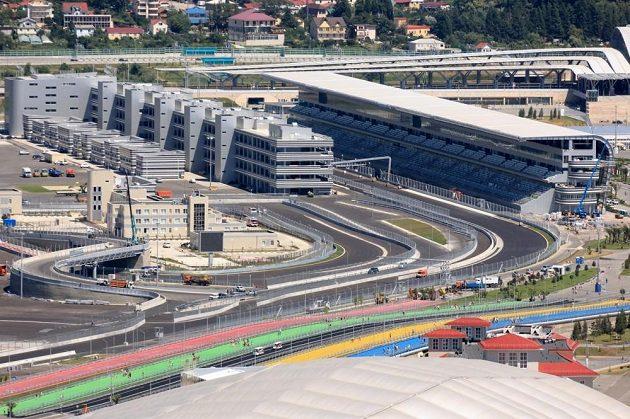 Hlavní tribuna (vpravo) u cílové rovinky na okruhu v Soči, vlevo budovy poskytující zázemí týmům i vedení závodu.