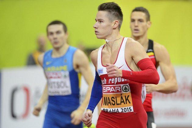 Pavel Maslák si kontroluje čas v cíli rozběhu závodu na 400 metrů.