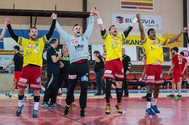 Házenkáři Dukly Praha oslavují vítězství a postup po utkání čtvrtfinále Challenge Cupu proti KV Sasja Antverpy.