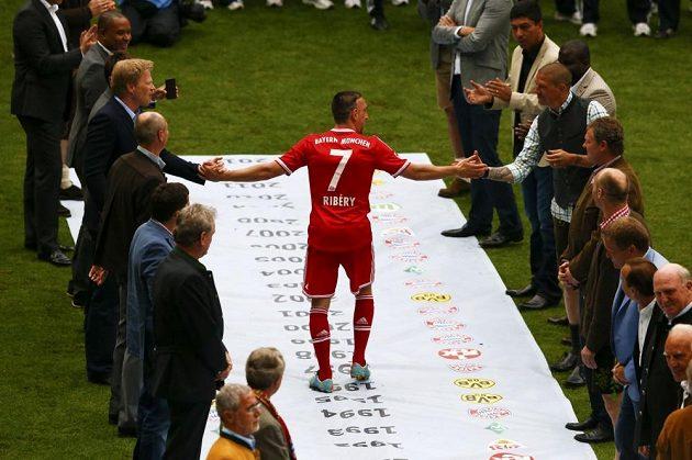 Franck Ribéry (uprostřed) přijímá gratulace po vítězství v bundeslize.