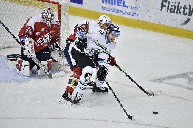 Zleva brankář Pardubic Ondřej Kacetl, jeho spoluhráč Oscar Eklund a Lukáš Žejdl z Mladé Boleslavi.