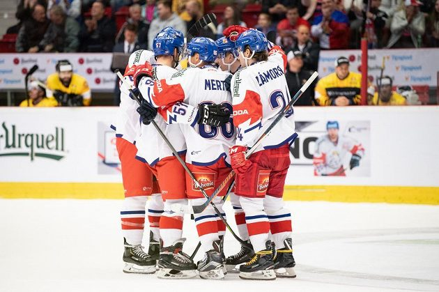 Hokejisté české reprezentace oslavují gól proti Německu na 4:2.