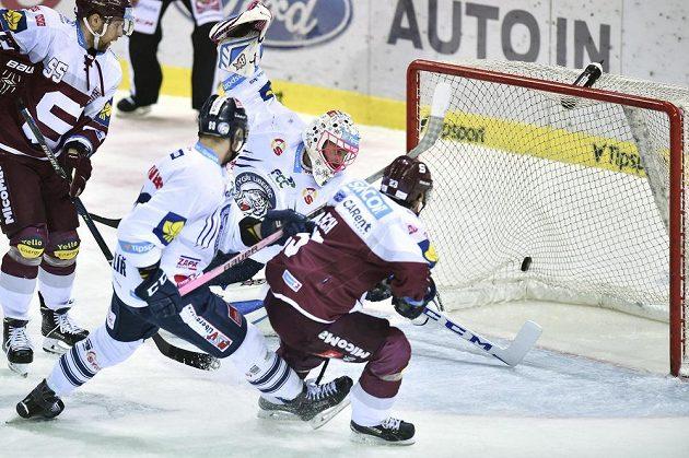 Brankář Liberce Marek Schwarz inkasuje první gól z hole Lukáše Pecha.