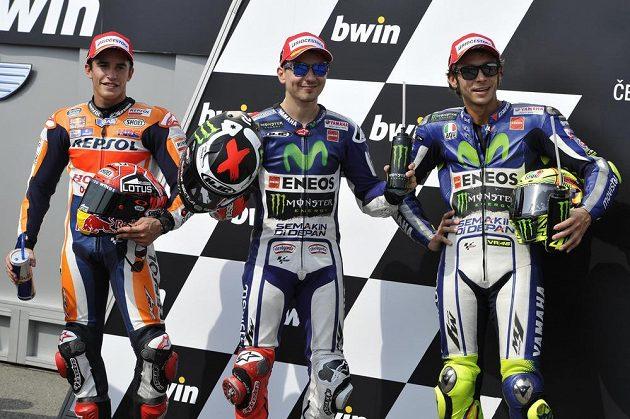 Trio nejlepších mužů kvalifikace MotoGP v Brně. Zleva Španělé Marc Márquez a Jorge Lorenzo a Valentino Rossi z Itálie.