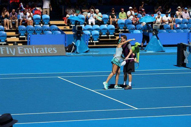 Čeští tenisté Adam Pavlásek a Lucie Šafářová slaví vítězství nad Itálií.