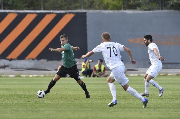 Jablonecký fotbalista Jakub Považanec v akci během úvodního utkání 2. předkola Evropské ligy proti Pjuniku Jerevan.