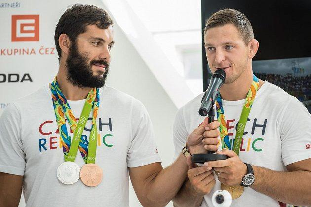Dva nejúspěšnější čeští sportovci z Ria. Kajakář Josef Dostál (vlevo) získal stříbro a bronz a judista Lukáš Krpálek zlato.