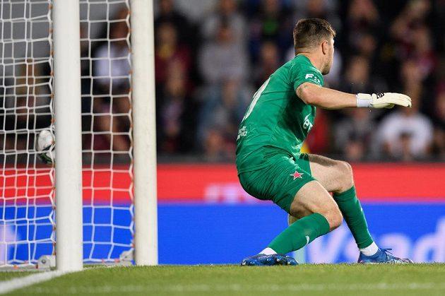 Brankář Slavie Praha Aleš Mandous inkasuje gól během derby na Spartě.