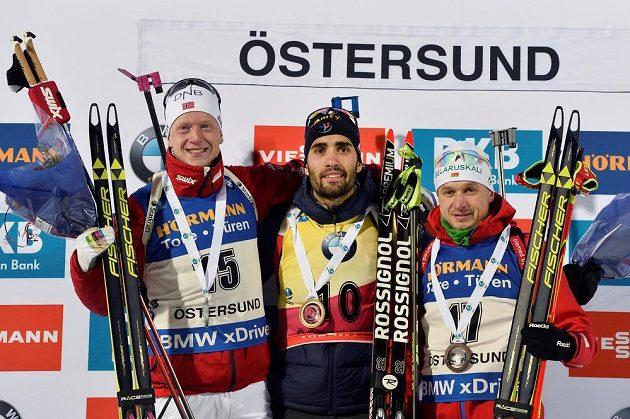 Tři nejlepší z vytrvalostního závodu mužů (zleva) stříbrný Nor Johannes Thingnes Bö, vítěz Martin Fourcade z Francie a bronzový Vladimir Čepelin z Běloruska.