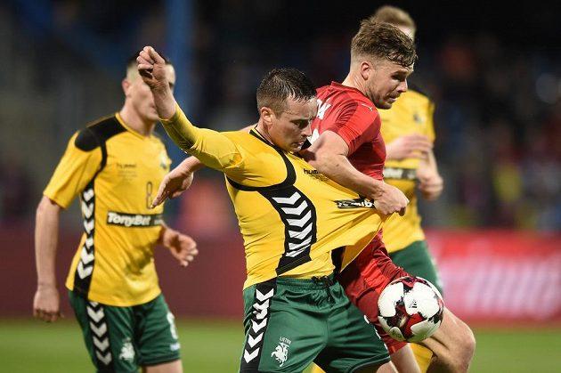 Filip Novák (v červeném) v utkání proti Litvě.