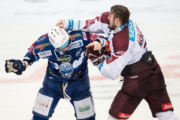 Tomáš Vincour z Brna a Richard Nedomel ze Sparty Praha se rvou během prvního utkání čtvrtfinále Generali play off.