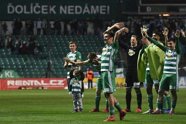 Antonín Vaníček (vpředu uprostřed) z Bohemians se raduje se spoluhráči z vítězství po skončení pohárového utkání s Olomoucí.