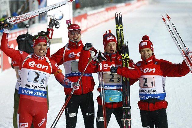 Norové (zleva) Emil Hegle Svendsen, Johannes Thingnes Bö, Tarjei Bö a Ole Einar Björndalen po triumfu ve štafetě na 4x7,5 km v Ruhpoldingu.