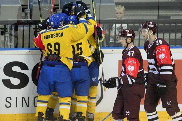 Hokejisté Storhamaru se radují z vítězného gólu proti Spartě. V popředí projíždějí (zleva) Jan Buchtele a Juraj Mikuš.