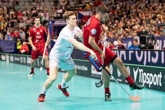 Deny Känzig ze Švýcarska (vlevo) a Tom Ondrušek během utkání v základní skupině Mistrovství světa ve florbale