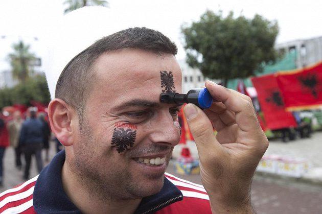 Albánský fanoušek v Elbasanu před utkáním se Srbskem.