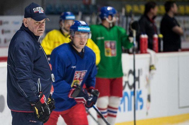 Trenér Vladimír Vůjtek během tréninku hokejové reprezentace ve Znojmě.
