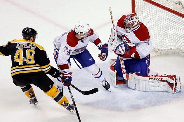 Montrealský gólman Carey Price (31) zasahuje proti bostonskému Davidu Krejčímu (46). Přihlíží Aleksej Jemelin (74).