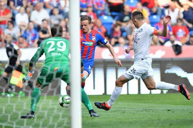 Plzeňský záložník Kopic postupoval s míčem k brance Slovácka, kterou střežil gólman Heča.