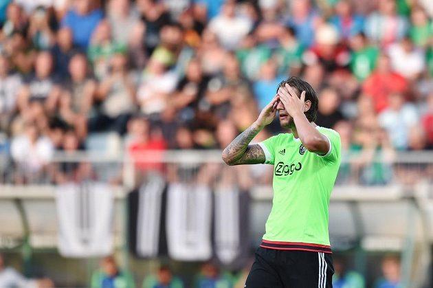 Obránce Ajaxu Mitchell Dijks během zápasu s Jabloncem.