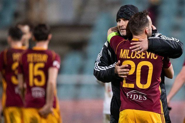 Branislav Miloševič a trenér Dukly Praha Roman Skuhravý se radují po utkání 25. kola s Karvinou.