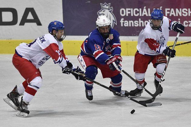 Zleva Štěpán Macháček z České republiky, Mackie Samoskevich z USA a Marek Bláha z České republiky během utkání Hlinka Gretzky Cupu hokejistů do 18 let