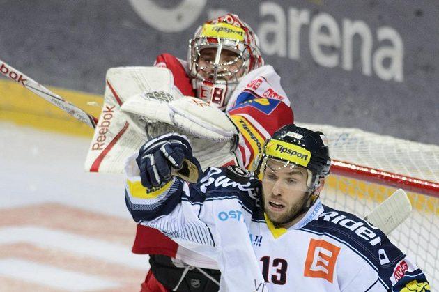 Zleva brankář Slavie Dominik Furch a Vladimír Svačina z Vítkovic.