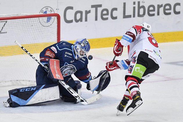 Pardubický Matej Paulovič neproměnil ve druhé třetině utkání trestné střílení, na libereckého brankáře Petra Kváču nevyzrál.