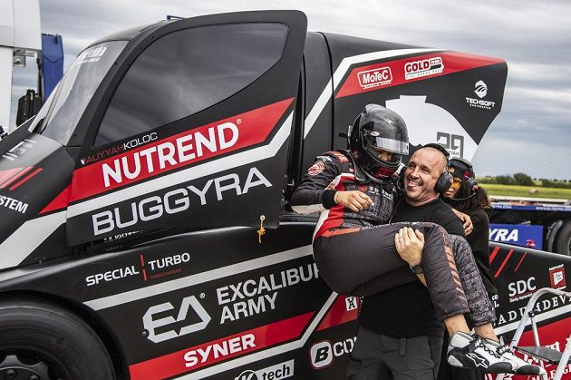 Šéf týmu Buggyra Racing Martin Koloc drží v náručí svou dceru Aliyyah, která na letišti v Panenském Týnci překonala dvě rychlostní světová maxima s tahačem.