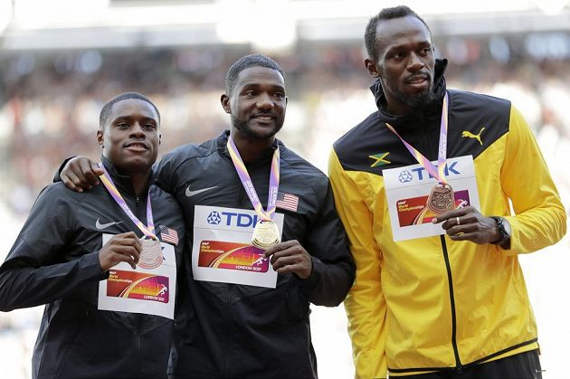 Tři nejlepší ve finále sprintu na sto metrů: (zleva) stříbrný Christian Coleman, vítěz Justin Gatlin (oba z USA) a bronzový Jamajčan Usain Bolt.