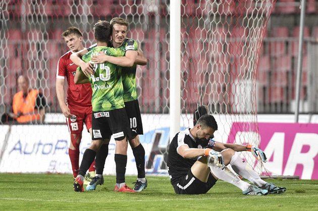 Zleva brněnský Milan Lutonský, autor gólu Aleš Čermák z Plzně, Jan Kopic z Plzně a brankář Brna Dušan Melichárek.