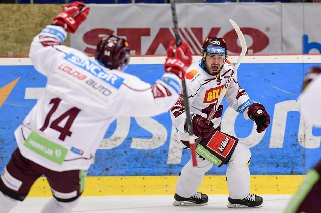Lukáš Pech (vpravo) ze Sparty se raduje ze svého gólu v Hradci Králové.