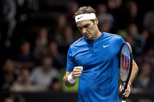Roger Federer z týmu Evropy v zápase s Nickem Kyrgiosem z výběru světa.