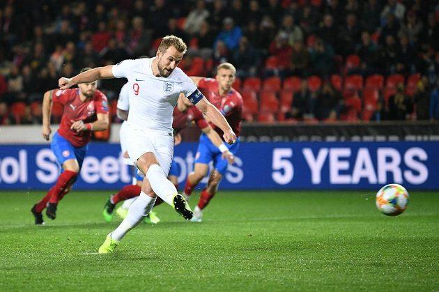Anglický reprezentant Harry Kane zahrává penaltu v kvalifkačním duelu proti Česku v pražském Edenu.