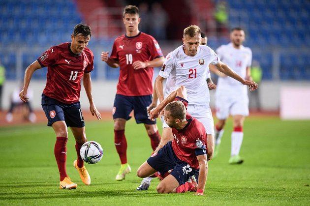 Aleš Matějů, Tomáš Souček a Vladislav Klimovič z Běloruska během utkání kvalifikace MS 2022.