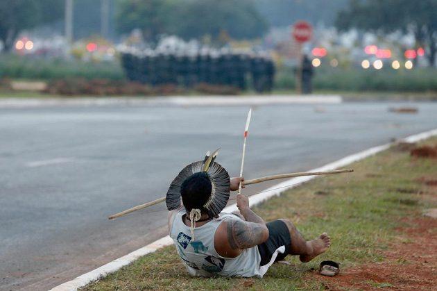 Jeden proti přesile - brazilský indián střílí šíp po brazilských policistech.