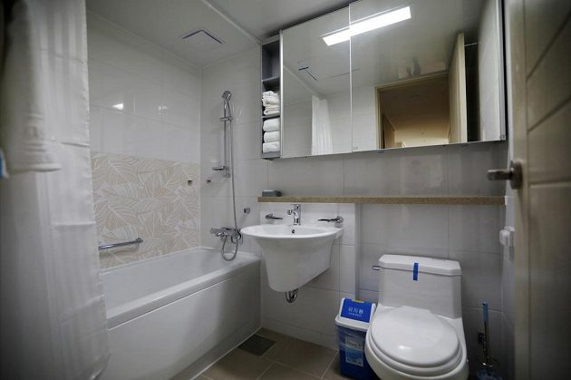 Koupelna v olympijské vesnici.