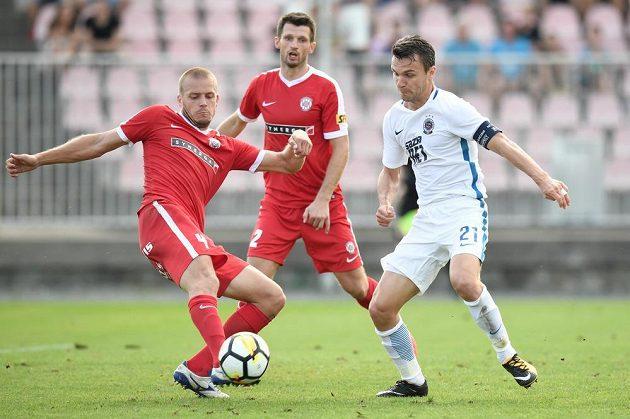 David Lafata (vpravo) ze Sparty bojuje o míč s Petrem Pavlíkem z Brna.
