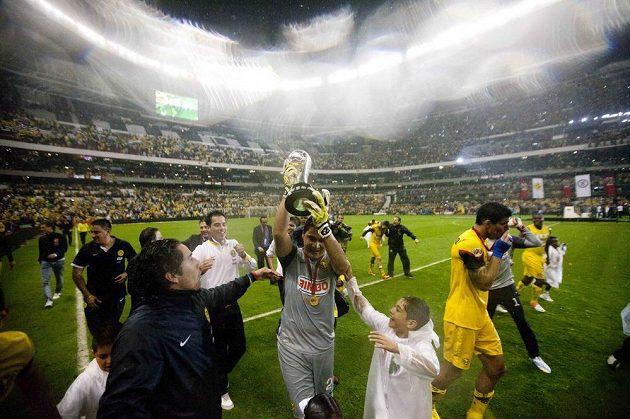 Brankář Moisés Muňoz z týmu América (uprostřed) s vítěznou trofejí pro mistra mexické ligy.