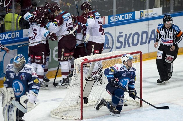 Hráči Sparty se radují z gólu, v brance je Filip Suchý z Plzně.