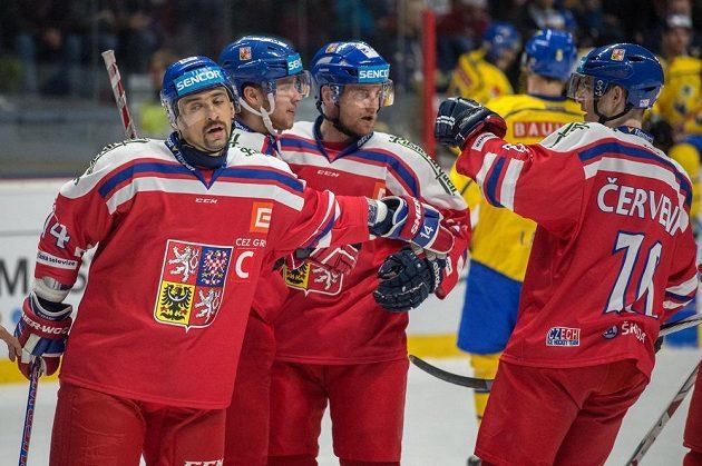 Čeští hokejisté (zleva) Tomáš Plekanec, David Pastrňák, Jakub Jeřábek a Roman Červenka oslavují gól proti Švédsku.