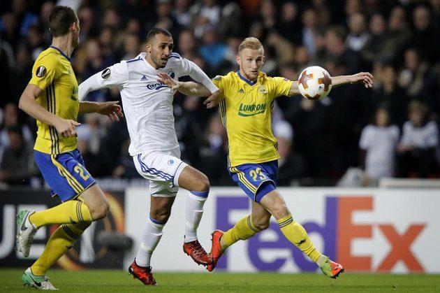 Zlínští fotbalisté Miloš Kopečný (vlevo) a Ondřej Bačo (vpravo) se snaží zastavit Youssefa Toutouha z Kodaně v utkání Evropské ligy.